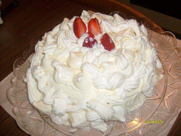 Torta bonta' con meringhe panna e fragole!!!!!!!!!!!!!!