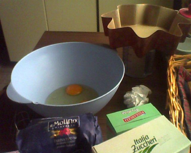 torta di compleanno in preparazione
