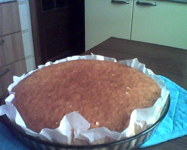 pan di spagna per la torta con ricotta e fragole