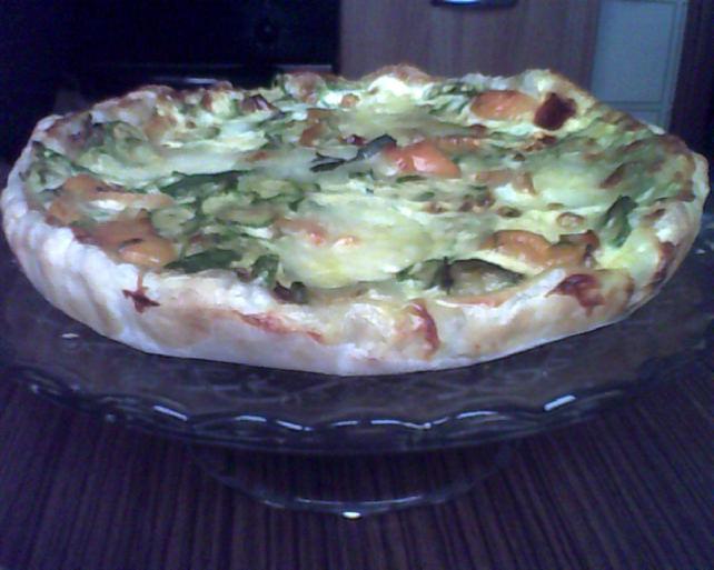 Torta salata con zucchine e peperoni.