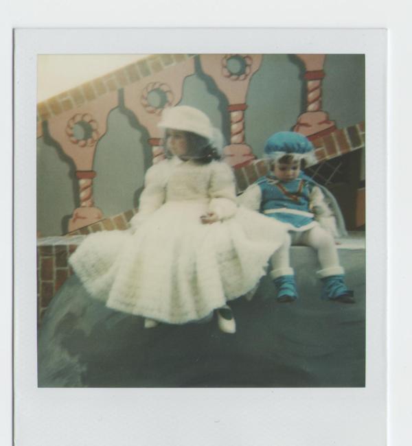 Chiara ed Alessandro seduto sul carro di carnevale.