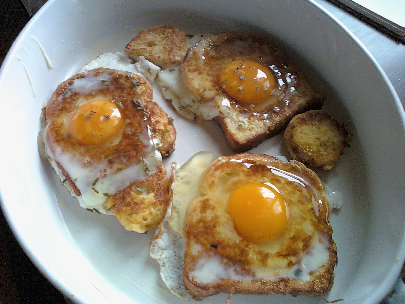 Toast all uovo con formaggio al forno le ricette di laura - Cucinare le uova ...