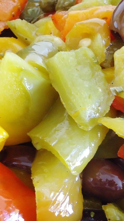 peperoni verdi fritti con olive e capperi